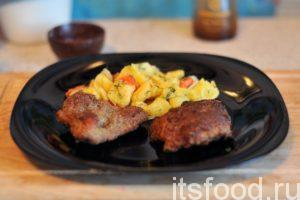 Ромштекс из свинины готов. На гарнир можно подать отваренный картофель, который слегка обжарен с луком и морковью. Гарнир украшаем зеленым укропом. Ромштексы имеют свою вкусную и ароматную оболочку, которая содержит хмели-сунели. Применение дополнительных соусов не оправдано.