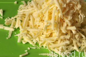 Пока идет процесс запекания рыбы с овощами, нужно натереть сыр на обычной терке среднего размера.