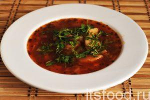 Вегетарианский борщ с фасолью по пошаговому рецепту готов. К нему можно подать майонез или сметану. Украшаем борщ нарезанной петрушкой и укропом.