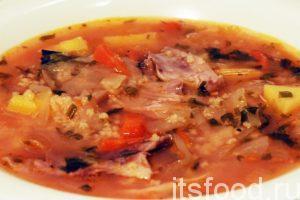 Капустняк из квашеной капусты с пшеном на курином бульоне готов. Разливаем горячий суп по глубоким тарелкам. Не забываем добавить кусочки отваренной курицы.
