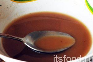 Получилась оригинальная заливка для овощей, которая превратится на сковородке в сладковатый вязкий соус.