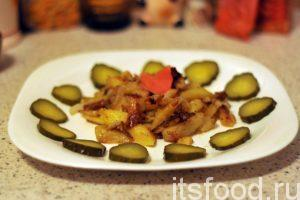 Картофель по-деревенски на сковороде готов. Можно выкладывать его на порционные тарелки и подавать на стол. Огурцы домашнего засола будут весьма кстати.