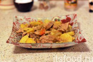 Тушение производим не более 15 минут, до готовности картофеля. Куриная грудка с картошкой готова. Выкладываем блюдо в глубокие тарелки. Не забываем полить подливой. Подаем на стол. К картошке с куриной грудкой на сковороде хороши отдельно поданные домашние соления.