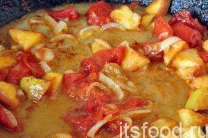 Добавляем в овощи с яблоком карамельную заливку и перемешиваем содержимое сковородки. Держим на огне не более минуты. Рыба с овощами на сковороде готова.