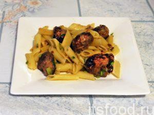 Подаем свинину жареную с луком на сковороде на стол в плоских тарелках. Блюдо отлично сочетает в себе мясо, гарнир и зелень, к нему можно предложить кетчуп.
