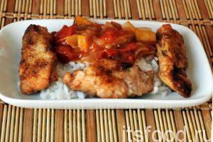 Выкладываем кусочки жареной в карамели рыбы по-китайски и добавляем сладкий овощной маринад. Можно добавить свежий огурец или немного зелени.