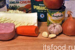 Начинаем готовить вкусный салат с ветчиной и горошком, с использованием кухонного комбайна нам потребуется 30-35 минут: Приготовим перечисленные выше продукты. Морковь нужно промыть и почистить. Яблоко промыть, лук и чеснок почистить и промыть.