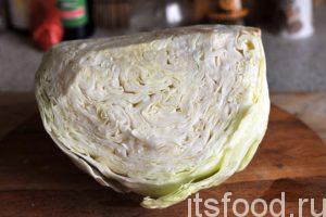 Приступаем к приготовлению кимчи из белокочанной капусты:Возьмем белокочанную капусту и снимем верхние листья, нам потребуется примерно половина среднего вилка. Следует выбирать капусту с белыми листьями. Скороспелые сорта такой капусты с зелеными листьями лучше использовать для приготовления горячих блюд.