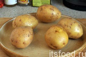 Сейчас мы узнаем как варить картошку в мундире. На приготовление нам понадобится 35-40 минут. Картошка в мундире - рецепт:  Прежде всего, нужно выбрать наименее поврежденные клубни картофеля. Их нужно промыть в проточной воде и почистить жесткой губкой или специальной кухонной мочалкой.