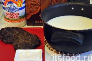 Сейчас мы узнаем как вкусно приготовить пельмени. На приготовление пельменей в соленом чае нам потребуется 35-40 минут.Первым делом приготовим заварку. От диска прессованного шень-пуэра нужно отломить небольшой кусок чая и растереть его в ступке. Для приготовления пельменей Баншта-цай можно использовать самые недорогие сорта пуэров. К сведению, в китайской коробочке был номерной шень-пуэр по 6000р за 100г…Наливаем в кастрюлю 400 мл молока и 200 мл воды, добавляем соль, размолотый чай и ставим на огонь.