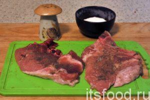 Антрекоты можно слегка отбить специальным молоточком для мяса. Если свининка молодая, можно этого и не делать. Натираем каждую сторону антрекота черным молотым перцем и солью и даем полежать 5-6 минут.