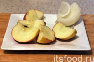 Уберем из яблока сердцевинку с семенами и нарежем его и очищенный лук на крупные куски, по размеру приемного отверстия кухонного комбайна.
