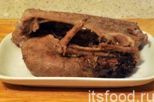 Промытые части гуся необходимо поместить в кастрюлю с 2 литрами воды. Ставим кастрюлю на огонь, добавляем соль и варим на малом огне бульон для домашней мясной солянки не менее 1 часа. Вынимаем гусиные запчасти на отдельную тарелку. Из них можно выбрать кусочки мяса и вернуть его в кастрюлю.