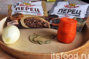Промоем и почистим морковь и лук и добавим их в бульон в цельном виде. Туда же добавим черный перец горошком и душистый перец.