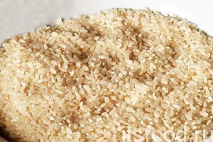Мы будем готовить плов из самого простого краснодарского риса, который идеально подходит для этих дел. Нужное количество риса необходимо промыть в горячей проточной воде и залить кипятком в отдельной посуде.