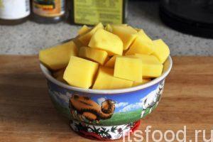 Промоем, почистим и нарежем на кубики картофель. Добавим картофель в сварившийся бульон.