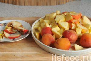 Нарезаем яблоки на небольшие кусочки. Абрикосам повезло больше. Их можно оставить целыми.