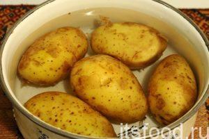 Поместим картофель в кастрюлю с холодной водой и добавим соль. Отвариваем картофель примерно полчаса до готовности (легко проверить вилкой). Затем сливаем воду и немного подсушим картошку на плите.