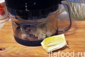 Для нарезки овощей на мелкие кубики воспользуемся кухонным комбайном. Сначала «пропускаем» через этот агрегат пекинскую капусту и репчатый лук.