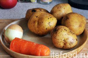 Займемся овощами. Промоем и почистим картофель, морковь и лук.