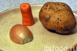 Промоем картофель, морковь и почистим их. Половинку луковицы нужно также промыть и почистить.