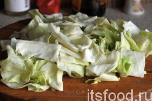 Главное условие в нарезке капусты для этого блюда – она тоже должны быть в виде квадратиков. Пришлось снимать по одному капустному листу, выкладывать их стопкой и резать на квадратики.