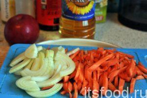 Нарежем очищенную морковь крупной соломкой, а лук полукольцами. Это классическая нарезка для приготовления зирвака (заправки для плова).