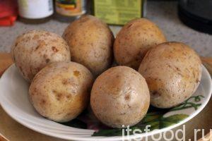 Готовая отваренная картошка в мундирах, в процессе варки, немного покрывается поваренной солью.