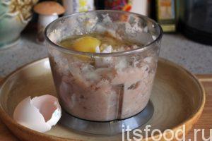 После первого помола добавим в блендер сырое куриное яйцо, продолжим измельчение. У нас должна получиться равномерно размолотая масса или рыбный фарш для вкусных котлет.