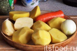 Очищенный картофель нарезаем по размеру приемного окна кухонного комбайна, который мы привлекли для нетворческой работы.