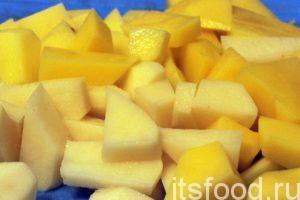 Промытый картофель нужно почистить и нарезать на кубики. Добавляем картофель в гусиный бульон и варим его не менее 10 минут. Это главное условие того, что картошка не «задубеет» в кислой среде нашей солянки.