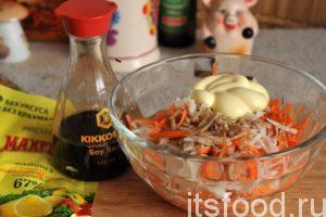 Перемешиваем соломку из редьки и моркови и раскладываем почти готовый салат по салатникам. Добавляем соевый соус «Киккоман» и немного отборного майонеза.