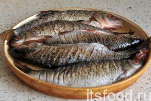 Посыпаем рыбу черным молотым перцем и солью. Слегка втираем смесь соли и перца в надрезы. Эту операцию производим с каждой стороны рыбы. Оставляем рыбу на полчаса для прохождения ферментации. Эстеты могут сбрызнуть рыбку лимонным соком. Это ускоряет процесс.