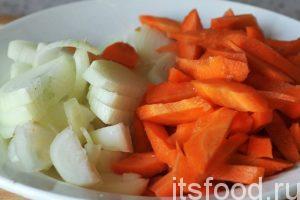 В казане или сковороде вок растопим нарезанный курдючный жир и добавим туда растительное масло. На исторической родине думямы, количество применяемого курдюка намного больше, чем в нашем рецепте. Добавим кусочки баранины в казан. Нарежем морковь и лук и начнем обжаривать эти овощи в казане.
