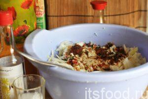 Перемешиваем нашинкованную белокочанную капусту и аджику. Наш салат кимчи должен приобрести ровный красноватый оттенок.