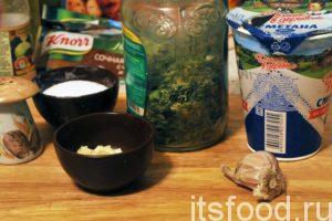 Добавим в сотейник сушеную зелень, нарезанный чеснок, черный молотый перец и соль.