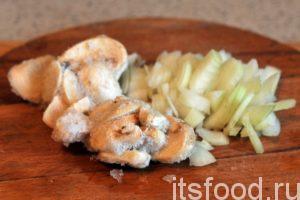 Нарежем промытый лук на произвольные дольки. Поместим на огонь небольшую сковородку и нагреем в ней растительное масло. Добавим в сковородку лук и грибы. Все перемешаем. Постепенно шампиньоны теряют воду и начинают обжариваться, издавая прекрасный грибной аромат.