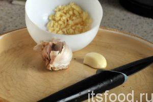 Почистим, раздавим ножом и нарежем свежий чеснок.