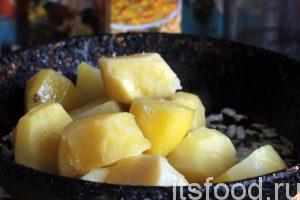 В это время наш картофель уже сварился. Сливаем отвар в отдельную посуду и высыпаем вареную картошку прямо на сковородку с обжаренным луком. Сковородку можно убрать с огня.