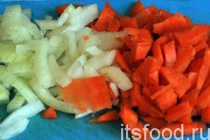 Нарежем соломкой морковь и лук для приготовления суповой заправки.