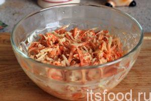 Перемешиваем еще раз и салат из черной редьки с соевым соусом под майонезом готов. Подаем салат из редьки на стол.
