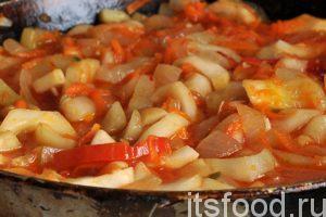 На этом архивном снимке показаны все компоненты домашнего маринада. Кроме огурцов, в нем много моркови, сладкого перца и лука. Есть и томатная паста, соль, сахар, уксус. Именно эти компоненты как нельзя лучше подходят для приготовления рассольника.