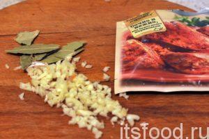 Откроем банку с кукурузой и добавим ее содержимое в капустняк. Варим суп вместе с кукурузой еще 5-7 минут. После этого добавляем в кастрюлю приправу для курицы Кнорр, лавровый лист и мелко накрошенный чеснок. Пробуем капустняк на соль и добавляем ее, если нужно. Через 2-3 минуты снимаем кастрюлю с огня.