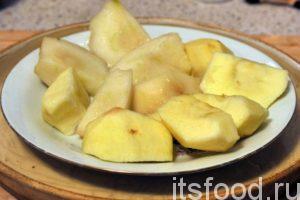 Вырежем из фруктов самую ценную мякоть, удалив все шкурки, косточки и потемневшие места. Кусочки фруктов в таком виде с удовольствием съедят дети.