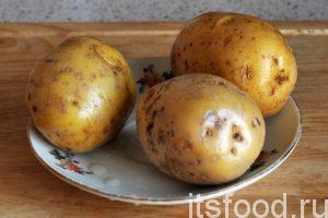 Промоем картофель и почистим его.