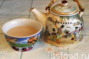 Подаем соленый сутэй-цай в заварном чайнике. Чай употребляют из пиал.