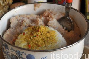 Выгружаем готовый рыбный фарш из стакана блендера в глубокую миску. Туда же помещаем наш рис. Добавляем сухую приправу Кнорр. Фарш для вкусных рыбных котлет нужно тщательно вымесить. На это не нужно жалеть времени. Однородный фарш – это основа для замечательного вкуса любых котлет.
