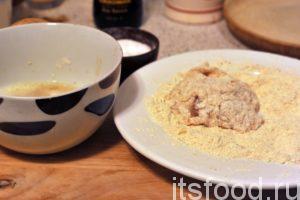 Ставим большую сковородку на средний огонь, добавляем в нее растительное масло и нагреваем его. Пока это происходит, берем кусочки маринованной курицы и начинаем «окутывать» их кляром. Сначала каждый кусок макаем во взбитые яйца, а затем в нашу ароматизированную панировку. Затем, повторяем процесс и водружаем кусочек курицы в кляре на сковородку с нагретым маслом.