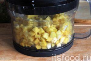 Затем пропускаем через чудо-машину очищенный картофель. Мы имеем прецизионные кубики картошки со стороной 1.00 см. Добавляем кубики картофеля вслед за морковью и луком. Все перемешиваем и тушим на малом огне до готовности картофеля. Добавляем соль, при необходимости, можно добавить немного кипятка.