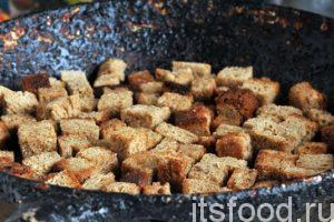 Нагреем в сковороде растительное масло и обжарим наши гренки до появления слегка коричневых корочек. При обжарке гренок стараемся их постоянно переворачивать и обжаривать максимальное количество сторон.